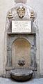 Santo stefano al ponte, cortile, fonte con lapide ferdindando II e stemma medici, 1639, 01.JPG