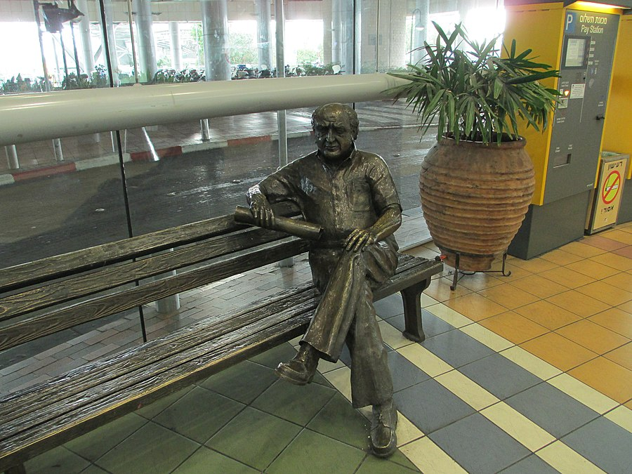 Sculpture of David Azrieli.JPG