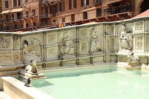 Piazza del Campo in Siena met de Fonte Gaia (met links de schepping van Adam)