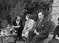 Sir Hubert Wilkins met twee vrouwen in een tuin waarschijnlijk in Schotland of E, Bestanddeelnr 254-3698.jpg
