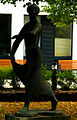 Tanzende, im Heinemanhof 1969 aufgestellte Skulptur von Herbert Volwahsen, hier vor dem Anbau Seewaldgebäude, Kompetenzzentrum Dememz.jpg