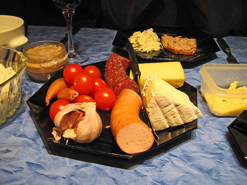 File:Teller mit Wurst, Käse, Tomaten, Zwiebeln und Knoblauch.jpg