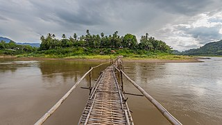 Temporary wooden footbridge leading to the city of Luang Prabang.jpg
