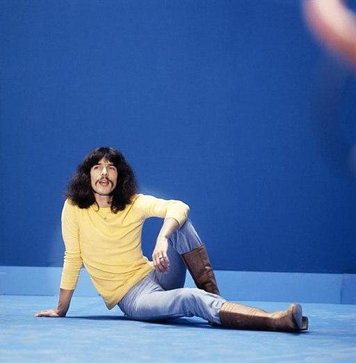 The Dutch singer Boudewijn de Groot sits on the ground