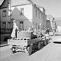 Tractor met druivenplukkers en kuip met de druivenoogst in de straten van Kröv, Bestanddeelnr 254-4195.jpg