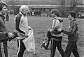 Training AZ67 i.v.m. Europacup-III wedstrijd tegen Lokeren woensdag, 13, 14 Jan Peters met trainer Kessler, 15 en Kessler met Kurt Weltzl, Bestanddeelnr 931-3519.jpg