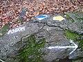 Turistické značky na kameni.jpg