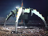 The stage was surrounded by the audience and featured a claw-like supporting rig.