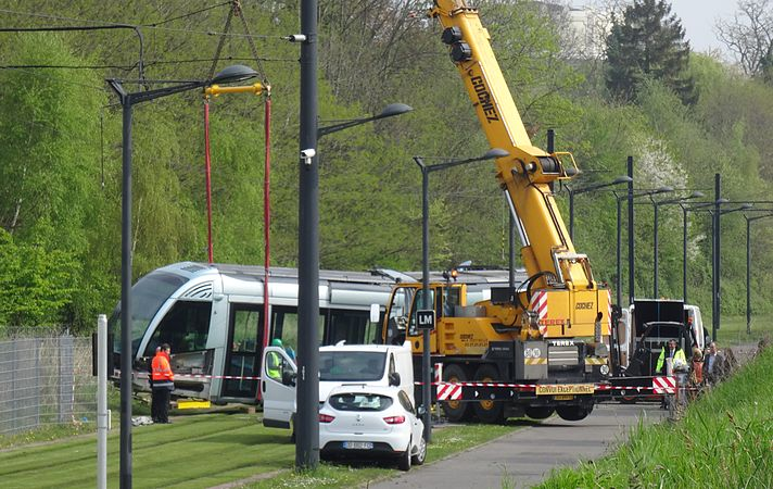 Valenciennes & Anzin - Déraillement de la rame de tramway n° 17 à la sortie du dépôt de Saint-Waast le 11 avril 2014 (002).JPG