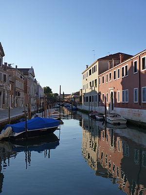 https://upload.wikimedia.org/wikipedia/commons/thumb/5/5b/Venezia_GI_Rio_delle_Convertite_20111015.jpg/300px-Venezia_GI_Rio_delle_Convertite_20111015.jpg