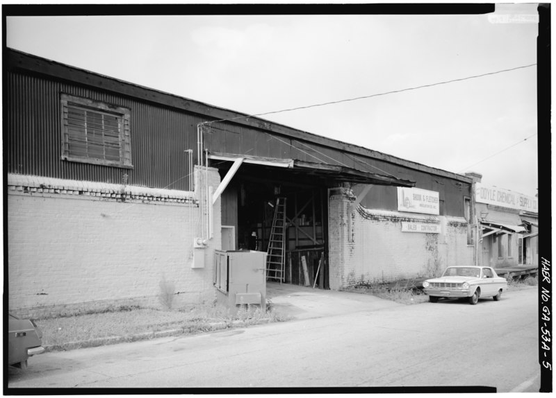 File:View of original wall and gate opening (now altered) at end of warehouse on Hull Street. - Central of Georgia Railway, Up Freight Warehouse, 227 West Broad Street (at rear of Gray HAER GA,26-SAV,57B-5.tif