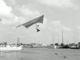 Bioscoopjournaal uit 1974. Impressie vanuit Enkhuizen van het TROS-televisieprogramma 'Vlieg er eens uit', waarin de deelnemers proberen m.b.v. zelfgebouwde voertuigen zo lang mogelijk in de lucht te blijven na een sprong vanaf een stellage.
