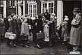 Watersnoodramp 1953. Amsterdam een groep geevacueerde meisjes met een begeleids, Bestanddeelnr 124-0105.jpg