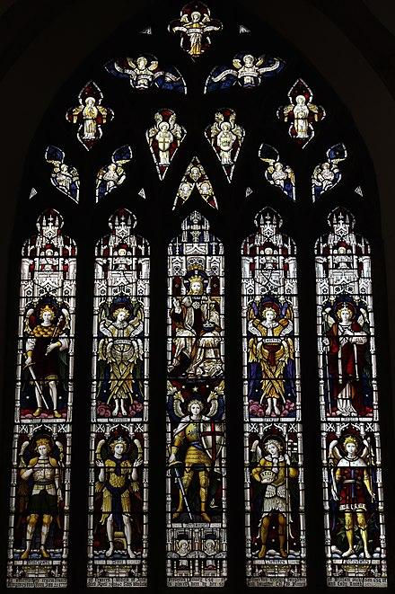 サマートンの聖ミカエルとすべての天使の教会の西の窓。 それは中央に9人の天使の姿を持った王キリストを描いており、それぞれがより高い列を表しています:ドミニオン、ケルビム、セラフィム、そして天使。 下の行:公国、王位、大天使、美徳、および権力。