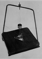 Zhang Heng's seismometer internal reproduction with inverted pendulum.png