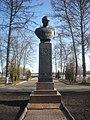 Бюст дважды героя Советского Союза П.И. Батова, набережная Волжская, Рыбинск.jpg