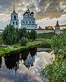 Вид на Псковский кремль и Троицкий собор со стороны Золотой набережной.jpg