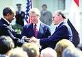 אנואר סאדאת, מנחם בגין וג'ימי קרטר מצרים לוחצים ידיים במהלך הסכם השלום בקמפ דיויד.jpg