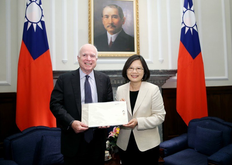 總統出席接見美國聯邦參議院軍事委員會馬侃(John McCain)主席訪問團 (26882360893)