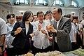 08.18 總統與副總統在農委會主委林聰賢的陪同下,和員工眷屬一同參觀「在地農特產推廣會」攤位,並一一試吃品嚐 (35808132584).jpg