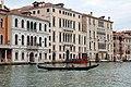 0 Venise, gondolier naviguant sur le Grand Canal.JPG