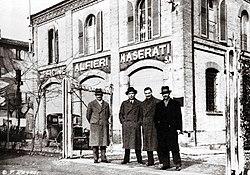 1934 Bologna, Maserati brothers outside officina.jpg
