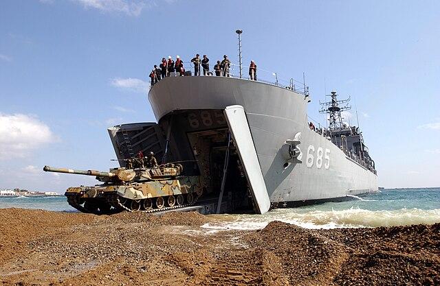 http://upload.wikimedia.org/wikipedia/commons/thumb/5/5c/A_Republic_of_Korea_Tank_drives_off_a_Korean_Amphibious_Ship.jpg/640px-A_Republic_of_Korea_Tank_drives_off_a_Korean_Amphibious_Ship.jpg