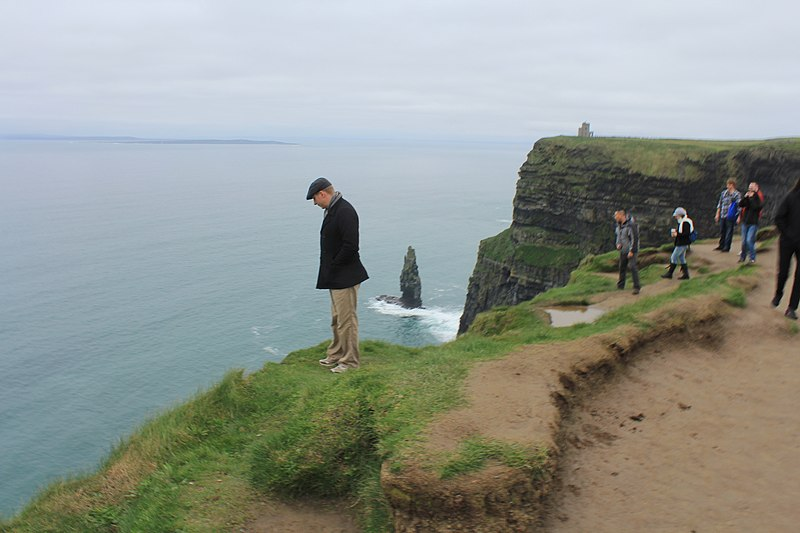 800px-A_man_at_the_edge_of_the_cliffs_of