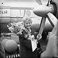 Aankomst Petula Clark op Schiphol, Petula Clark met bloemen, Bestanddeelnr 911-1041.jpg