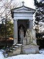 Abteilung 25, Nrn. 25-30, Grabmal von Karl Gundelach für die Familie um Hermann Wilhelm Schlüter, Stadtfriedhof Engesohde in Hannover.jpg
