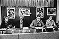 Achter de tafel vlnr mevrouw Dreesen, prof. dr. Jan Tinbergen, de heer Bijl en , Bestanddeelnr 930-5387.jpg