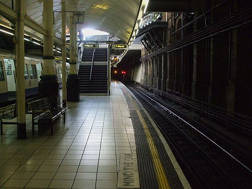 Aldgate station clockwise Circle platform 1 look north