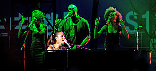 Alicia Keys spesso suona il pianoforte mentre si esibisce