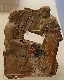 Terre cuite de 480-460 av. J.‑C., provenant d'une tombe de Mélos et conservée au British Museum. On suppose qu'il s'agit de l'une des plus anciennes représentations de Sappho, ici tenant un barbitos, en conversation avec un homme, peut-être Alcée.
