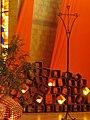 Altarraum mit Kerzen und Kreuz.jpg