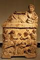 Altes Museum - Aschenkiste mit Deckel, Gelagerter Mann mit Kantharos.jpg