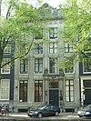 foto van Pand met vierraams zandstenen gevel met triglyfenlijst en attiek en gebeeldhouwde deuromlijsting
