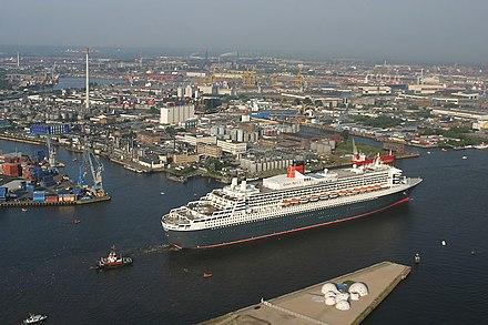 Queen Mary 2 at the Port of Hamburg Ankunft der Queen Mary 2 in Hamburg - panoramio - Arnold Schott (3).jpg