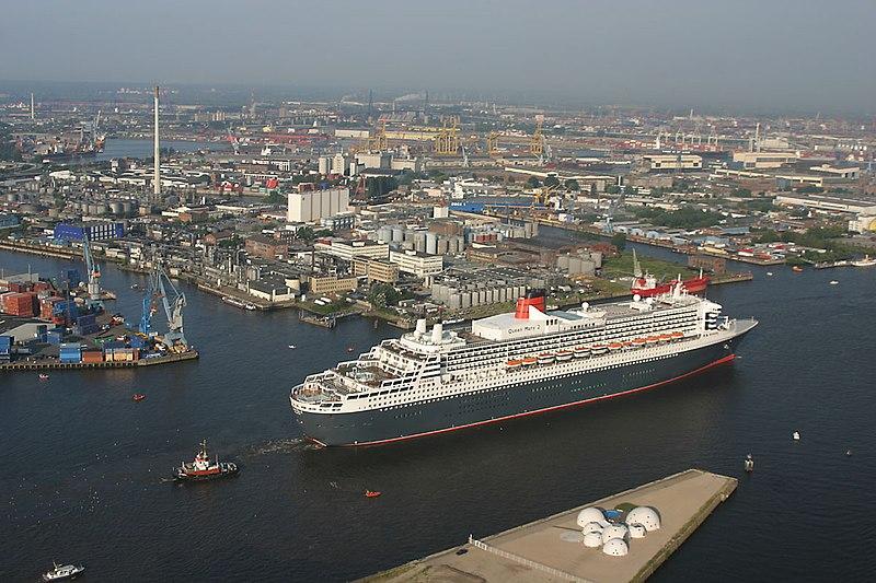 Ankunft der Queen Mary 2 in Hamburg - panoramio - Arnold Schott (3).jpg