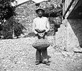 Anton, Dolenji Brezovk s čebelonom za lešnike in orehe 1953.jpg