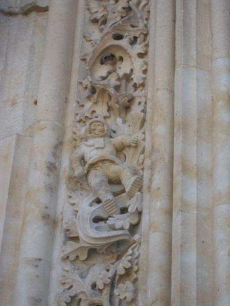 File:Astronaut Salamanca Cathedral.jpg