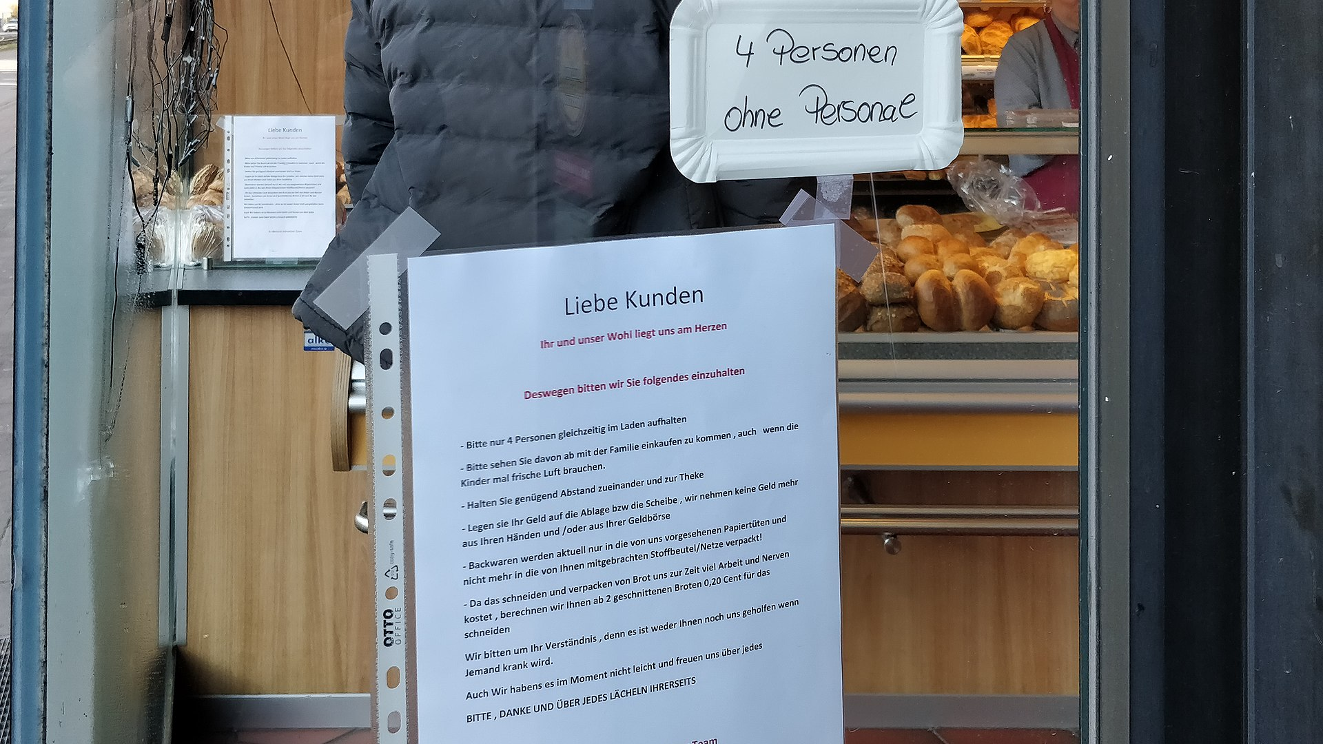 Bäckerei mit Stehcafe in Köln-Ehrenfeld - maximal 4 Kunden im Laden-083934.jpg