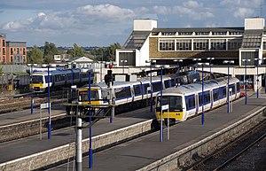Banbury railway station - Image: Banbury railway station MMB 06 165012 168005 165003