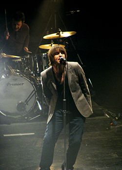 Liam Gallagher e Chris Sharrock, con i Beady Eye all'Apollo Theatre di Manchester il 7 marzo 2011