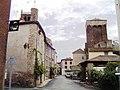 Blesle (Haute-Loire) rue avec la Tour de l'ancien château de Mercoeur.JPG