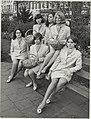 Bloemenmeisjes uit de Gen. Cronjéstraat ( niet de z.g. Haarlemse) op een bank in het Julianapark, NL-HlmNHA 54011840.JPG