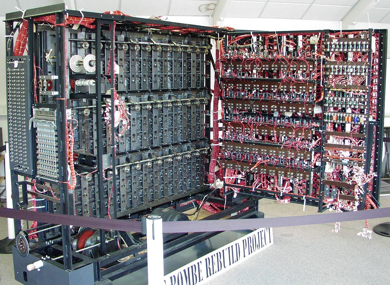 https://upload.wikimedia.org/wikipedia/commons/thumb/5/5c/Bombe-rebuild.jpg/1280px-Bombe-rebuild.jpg