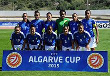 Zwei brasilianische und zwei argentinische Fußballspielerinnen gegen einen großen Schwanz