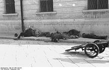 Corpos de homens uniformizados na calçada