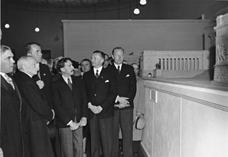 Rudolf Wolters - Wolters (right) at an exhibition in Lisbon in 1942 with Speer and the President of Portugal